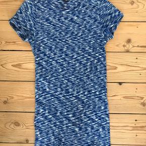 Nørgaard Paa Strøget #101 T-shirt i blå-hvid meleret bomuld. T-shirten er one size men med ekstra længde.  Aldrig brugt.