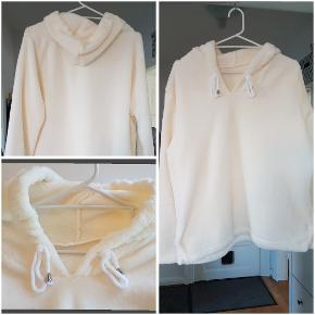 Plyds hoodie super varm. Meget tyk fleece, som at trække en bamse på. 65% bomuld, 35% polyester fleece. BM: 2x60cm L: 60cm Ærme: 61cm