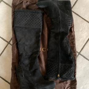 Gucci vinterstøvler i ruskind med pels for.  Bruger normalt str. 36, men var så vilde med dem at jeg købte dem i str. 37.   Har af den grund ikke fået dem brugt mere end 2-3 gange, da de er for store.