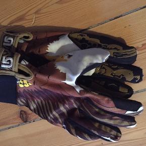 Fede handsker fra Burton, der forestiller en ørn, når man sætter hænderne sammen.  Er god til de varme dage på ski/snowboard eller blot til almindeligt brug.   #outdoor