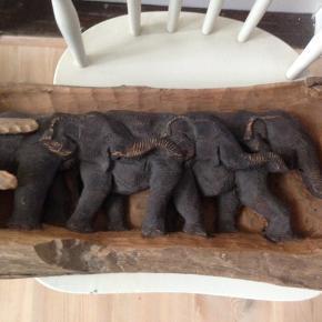 Relief i Afrikansk cedertræ, motiv med elefanter.  L 65 H 34 cm.