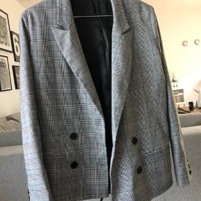 Hej 🌸 Jeg sælger denne blazer fra devier studios i en størrelse xs. Den har kun været brugt få gange, og er derfor i fin stand. Blazeren er ternet med grå, sort og hvide nuancer, samt er der tilføjet en blå tråd i mønstret. BYD gerne