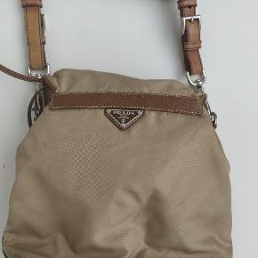 Sælger denne sjældne vintage Prada taske. Tydelige brugstegn som ses på billederne.