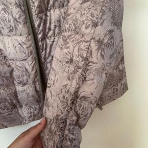 Let lækker jakke fra Cream. Passer en str. L😊 Der er flæser på ærmerne og og ved lommerne. Det ydre stof er 100% polyester. Foer 100% nylon. Mellemfoer består af 45% dun, 5% fjer og 50% polyester.