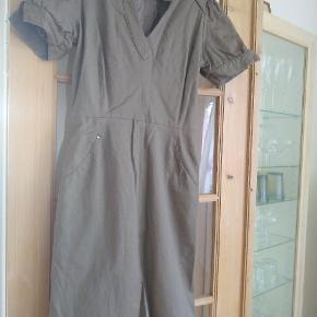 Skøn kjole med flere detaljer.