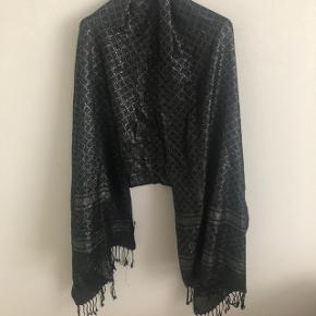 Sort sjal/tørklæde med shimmer i.  180/70 cm.  Brugt 1 gang.  Mærket sidder løst.