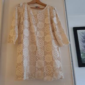 Fin 60'er look kjole i råhvid. Har været opbevaret i kælder så lugter lidt af kælder. Men det går væk i vask, har vasket det jeg kunne bruge og lugten forsvandt😊