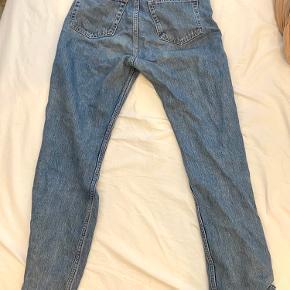 Weekday row jeans i blå størrelse W29 L30. Man kan se tegn på at de er brugt ved skridtet (se tredje billede).