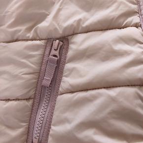 Lidt snavs ved handsker. Svært at få rent pga farve. Ses næsten ikke da det stykke er under jakke. Overgangsjakke / fleece