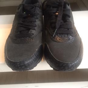 Sorte Nike air med slangeprint str.38.5 Brugt få gange