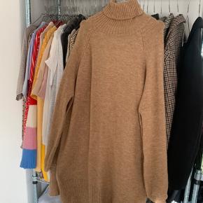 Sælger denne fede strik kjole. Den er kun prøvet på et par gange. Den er magen til den sorte strikjole  på det sidste billede, bare i en brunlig farve!