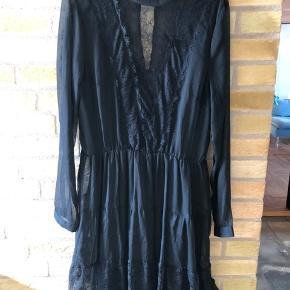 Fineste kjole - brugt 1 gang. Sælges da jeg desværre ikke får den brugt og synes en anden skal have glæde af den☺️  Skriv for mere info - og se gerne mine andre annoncer👍🏻