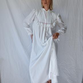 💛Hvid vintage maxi gown i 100% bomuld med fantastiske blonde detaljer fra CoutureCrash Vintage. (Perfekt til efteråret!)  Passer alt fra en XS-Medium & modellen er 174 cm. høj  (OBS: kjolelængde er 137 cm.)   ALTID GRATIS FRAGT!    🌈 GÅ TIL WWW.CCVINTAGE.DK / @couturecrashvintage FOR AT SE FLERE VINTAGE STYLES & FLERE BILLEDER.