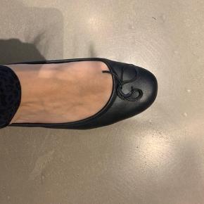 """Super lækre italienske ballerinaer. Brugt men i god stand. De er godt polstret i sålen (se billede) og er derfor meget behagelige at gå i. Er fremstillet i en lækker blød skind. Har lidt slid på begge hæle men ikke noget der ikke kan """"shines up"""" med lidt skocrem.  De er en helt almindelig str. 42  Køber betaler selv for fragten!"""