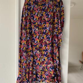 One size slå-om nederdel med multi-farvet blomstermønster. Fremstår som ny