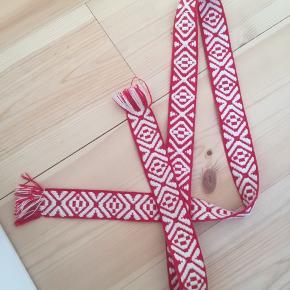 Har købt bæltet i Mads Nørgaard, men det er fra mærket Bands of La.  One size