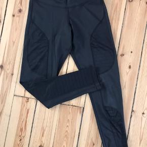 Lækre sports tights fra Reebok - aldrig brugt. De har nogle paneler som har et fint stribet gennemsigtigt mønster :) BYD :)
