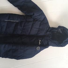 Dejlig blød jakke med hætte. Mørkeblå. Brugt nogle få gange og uden pletter eller synligt slid. Nypris 600