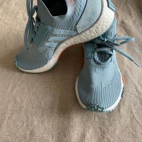 Helt nye Adidas NMD R3 Sneaks i en flot dueblå  Prøvet på men er købt for store (der Står 36 2/3 i skoen, fitter nok en 37)