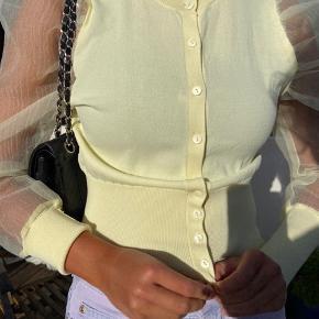 Lysegul cardigan med puf ærmer. Aldrig brugt