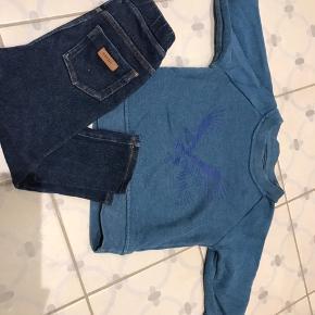 Det fineste sæt med bløde elastiske cowboybukser med et Norlie logoet i læder samt en fin blå trøje med en ørn foran. Ikke brugt voldsomt meget og i god stand uden pletter eller lign. Nypris ca 700kr.