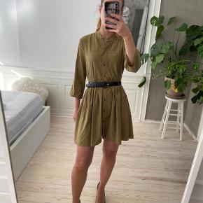 Super fin kjole fra Zara - også god til hverdag. Det er en str xs og bæltet hører ikke til, det er bare for at vise at den også er fin med et bælte. Kun brugt få gange, så den er som ny. Sælges til 100 kr. Kan afhentes i Kbh K eller sendes med dao til pakkeshop. Jeg giver mængderabat ved køb af flere ting - se mine andre annoncer