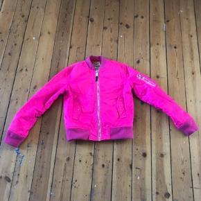 Pink Schott jakke der passer perfekt til tidens neon trend.. Brugt et par gange. Et par sorte mærker på ærme (Se billede) Sender ikke. 😬 Skal afhentes på Amager