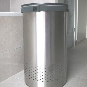 Brabantia Vasketøjskurv 60 Liter Mat Stål / Sort Låg H: 67 cm Ø: 39,6 cm Aftageligt, robust låg med hul i midten til at putte vasketøjet i vasketøjskurven, uden at åbne hele låget Udtagelig vaskeøjspose med velcrobånd korrosionsbestandigt materiale - kan holde til at stå på badeværelset