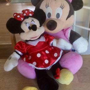 2 Minnie Mouse bamser.  1) Den lille er fra Build a Bear, måler 47 cm. Og er i super fin stand. Pris = 75 kr.  2) Den store er fra Disney, og måler 70 cm. Ligeledes i fin stand. Pris = 100 kr.