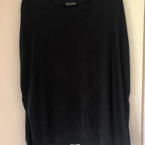 Endelig vinder jeg noget, og så er den desværre lidt for stor ;-)  Men super fin strik poncho/bluse i meget mørk blå, næsten sort. På foto 3 ses slids og ærmegab.  Mærket er røget af, men den er helt ny og ubrugt.