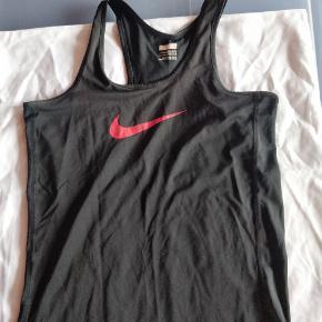 Rigtig sød Nike top med pink Nike swoosh. Brugt til gymnastik og ballet.