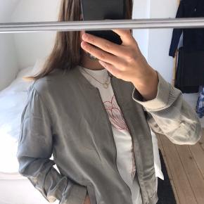 Tynd jakke / bluse / cardigan med lynlås fra Soyaconcept. Perfekt til forår og sommer ☺️