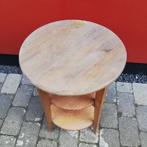 Vores elskede lille te bord skal have nyt hjem, vi ommøblerer og skal derfor have solgt denne lille sag 65 cm høj  45 cm i diameter  Byd løs