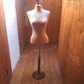 Gine - max højde 165 cm Selve kroppen  Skulder 35 Krop 59 cm med hals  Bryst 26 Hofte 30