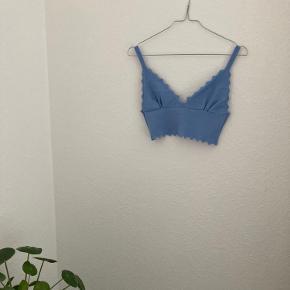 Fin top fra Zara med mønster i kanterne og dyb udskæring. Er blød i stoffet - skriv gerne for flere billeder🌿💫