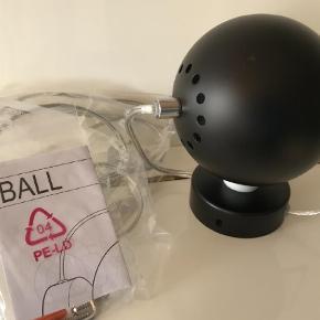 Brand: Ball Varetype: Væglampe Størrelse: Lille Farve: Sort Oprindelig købspris: 400 kr.