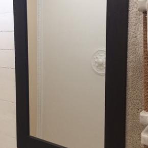 Stort solidt spejl som kan bruges enten i entre, stue eller soveværelse. Mål: 130x90cm og 2 cm tykt. Kanten måler 12 cm bred.  Spejlet vejer 17,5 cm så der skal en solid væg og søm til at holde det oppe mm. det står frit på gulvet som også står flot😊Har flere spejle på min side👍