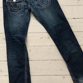 Lækre lavtaljede jeans str 30 med flotte syninger og knapper samt baglommer med klap. Har opdaget en fejl, derfor sælges til 250 i stedet for 450.