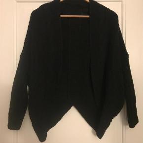 Varetype: Kort strik cardigan Størrelse: M/L Farve: Sort Prisen angivet er inklusiv forsendelse.