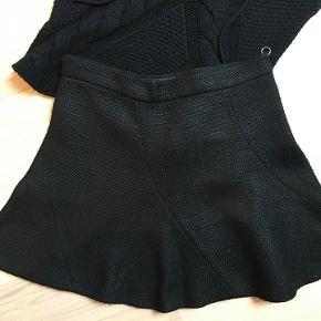 Super skøn lille sort nederdel. Lynlås i siden. str. S.  Victoria secret overdel str. S. 100 kr.