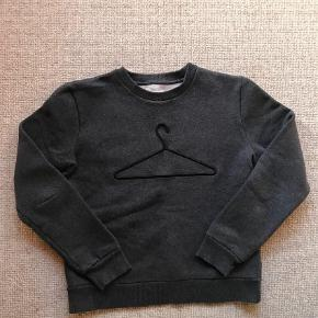 Varetype: Pullover Farve: Grå Oprindelig købspris: 1200 kr.  Super fed sweatshirt fra Holzweiler med deres klassiske loge, super lækker kvalitet. Byd!