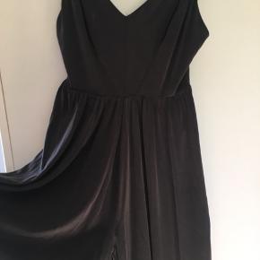Virkelig smuk buksedragt, som har et kjoleagtig look når man bare står stille med den  Stoffet ligner lidt velour, men er noget andet blødt noget