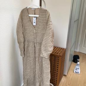Fin ubrugt Envii kjole af sustainable viscose. Ny pris 650,-. Sælges for 150,-. Har et fint bindebånd i hver side i taljen.
