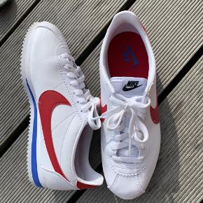 Sælger disse Nike sko som jeg kun har burgt et par gange! Jeg må desværre erkende at de klemme mine tær og nok skulle have været en størrelse større.. meget små brugsspor 🙂