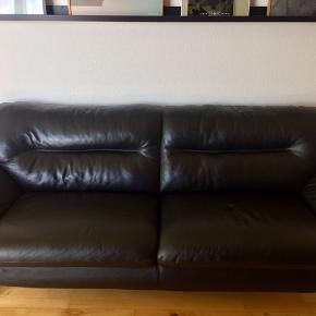 Super fin og velholdt sort sofa sælges da jeg har købt ny. Sofaen er fra Hjort Knudsen og stadigvæk i flot stand. Der er dog et sted i hjørnet se billede hvor den er gået lidt op. Dette kan sys hvis man køber en lædernål.  Jeg har den stående op af en væg og der ses det ikke.   Der mangler en sort beskyttelses dut på den ene fod.  Hurtig afhentning prioriteres og jeg kan ikke hjælpe ned med den. Jeg bor på 2. Sal men i en stor opgang. Der er også elevator men er usikker på om det kan være der.