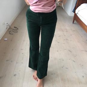 Sælger disse grønne fløjs bukser, fra ukendt mærke. De er i en str small! Byd gerne:))