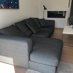 Sofa i kraftigt og skidstærkt stof. Betrækket på hynder og puder kan tages af og renses.   Bud modtages fra 2500,-  Skal afhentes i Dragør en af de første dage i uge 30.  Den fremstår super fin og uden pletter.   Måler L:285 D: 100/150   Byd 😊
