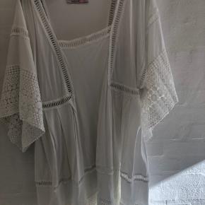 Meget smuk hvid kjole. Falder tungt. Grundet den brede blondekant