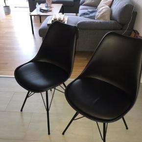Smukke sorte skalstole✨ - kun 3 måneder gamle og stort set ikke brugt. Fremstår næsten som nye.  Kan afhentes i Odense. Kom gerne med bud🤍