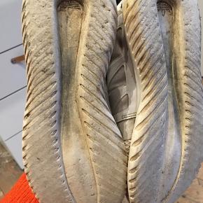 Lækre sko fra Adidas, dog ret slidte, men kan stadig sagtens bruges. De står bare og samler støv hos mig Sender gerne flere billeder om nødvendigt